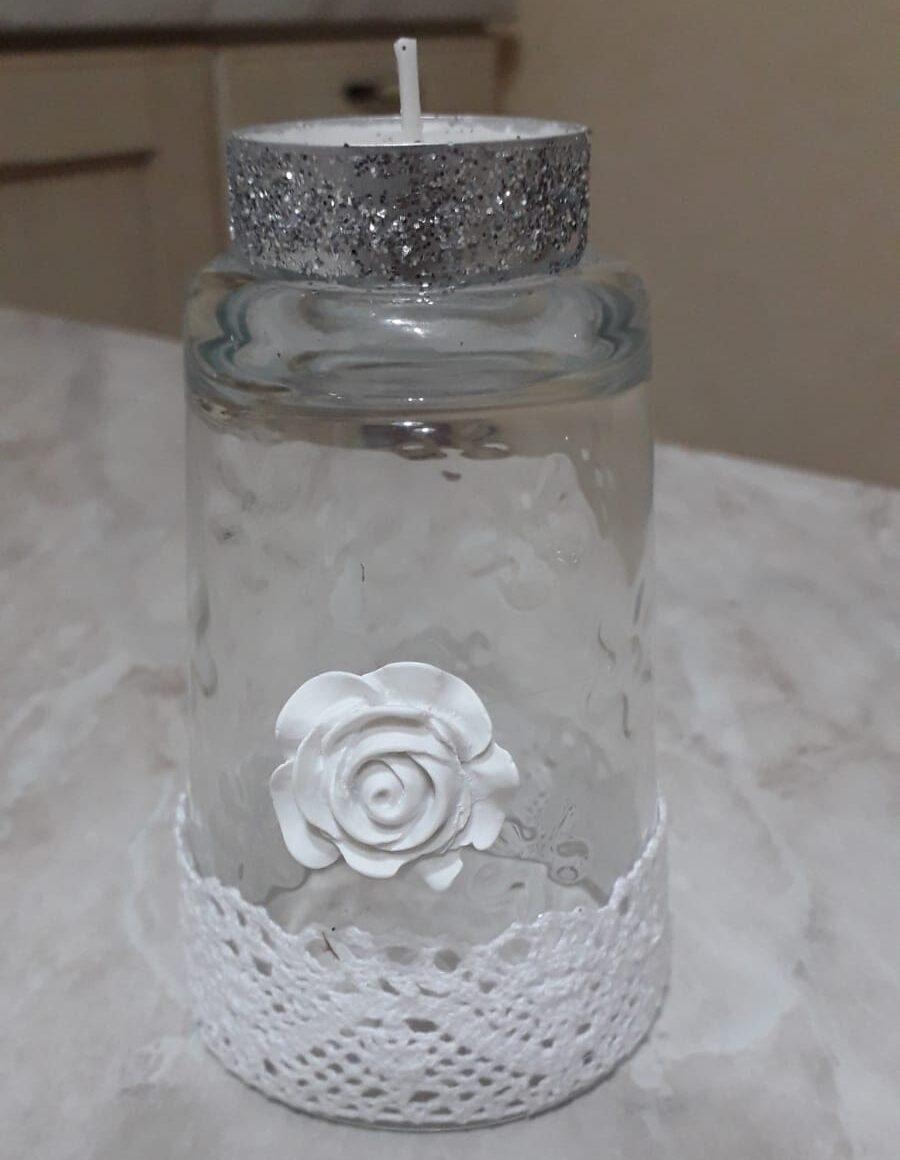 bicchiere a candela con fiore bianco
