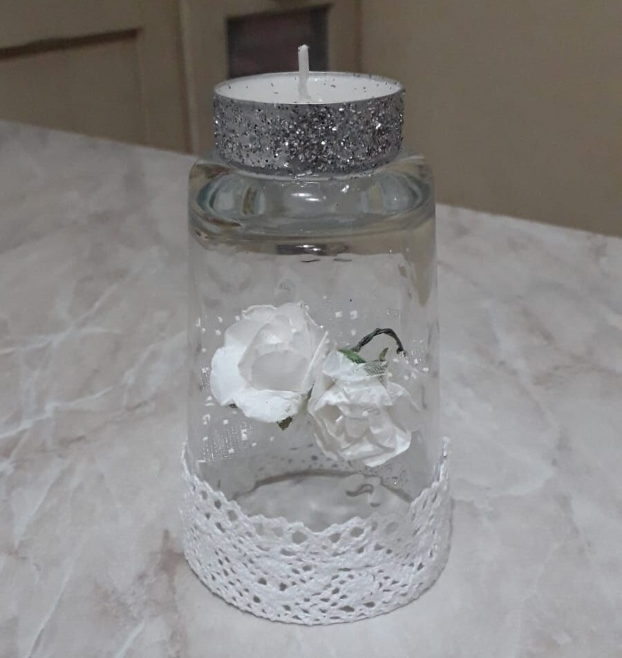 bicchiere a candela con fiori bianchi
