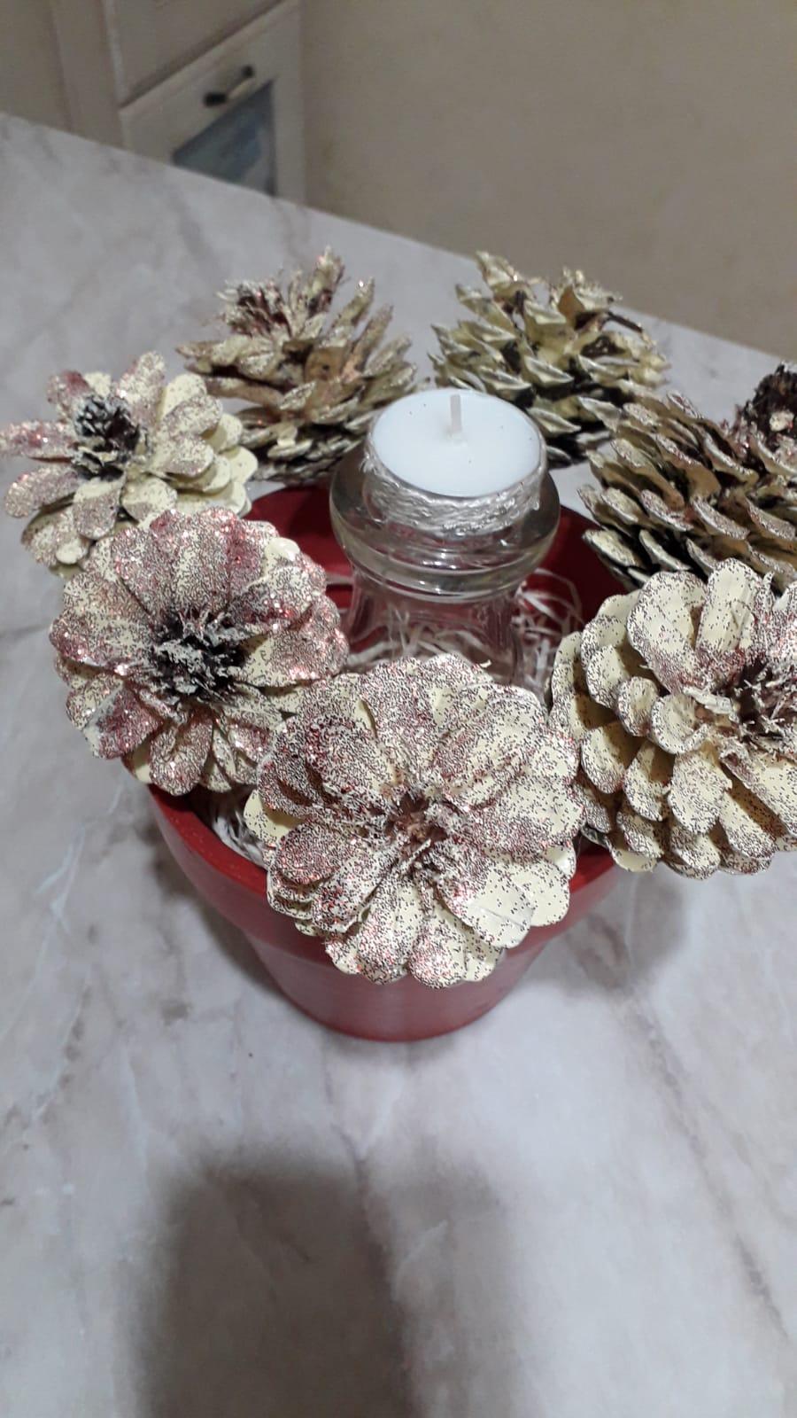 vaso rosso con pigne con candela